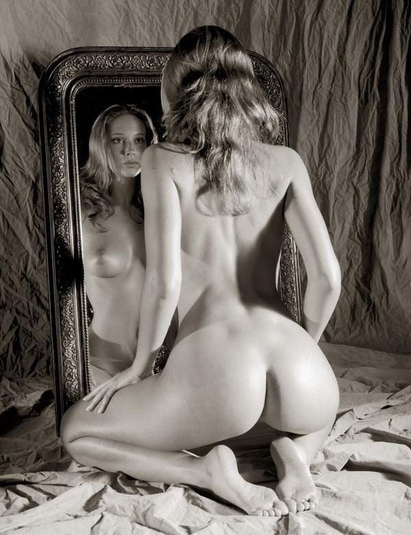 ласкать себя домашний эро фотосет в зеркале любят попарить