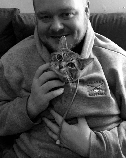 Сидящий на корточках кот удивил пользователей сети