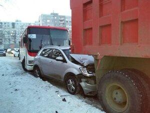 Во Владивостоке в ДТП девушку зажало между грузовиком и легковушкой: полиция ищет свидетелей