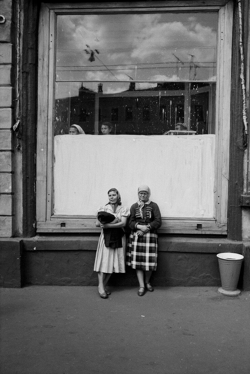 Женщины у витрины магазина