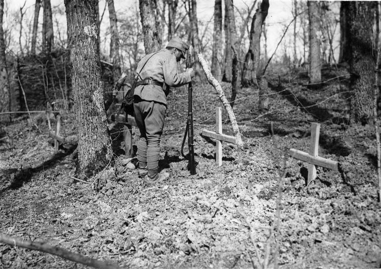 at-friends-grave-romanian-soldiers-first-world-war.jpg
