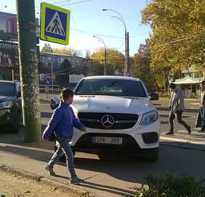"""Можно ли припарковаться на тротуаре и на """"зебре"""" одновременно?"""