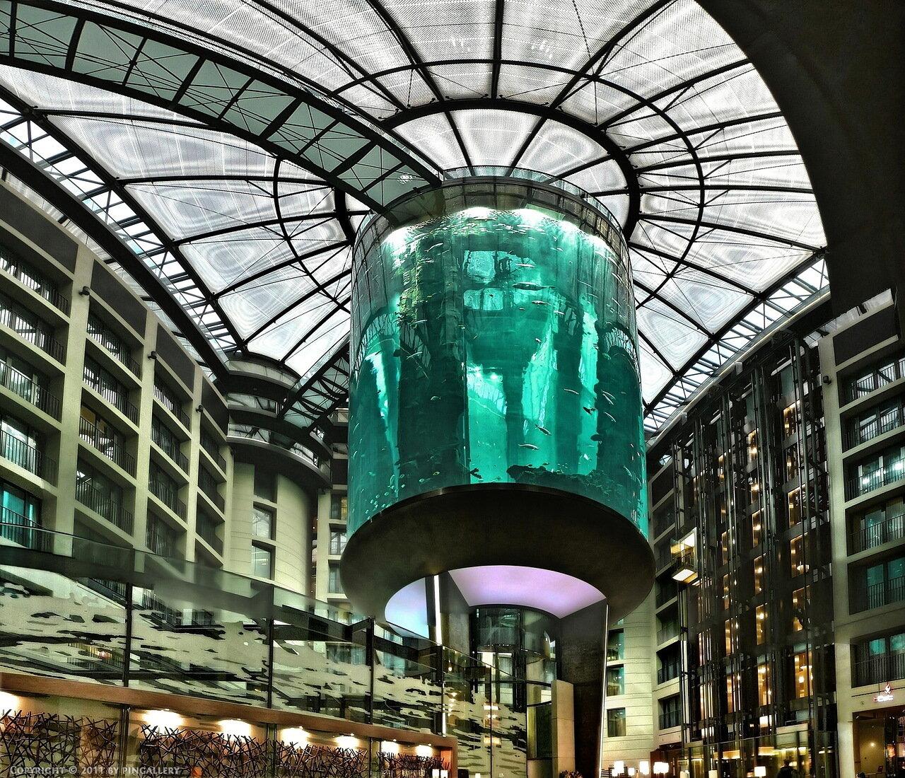 """Этот лифт находится в вестибюле Берлинского отеля  """"Рэдиссон Блю """", однако название  """"АкваДом """" говорит само за себя..."""