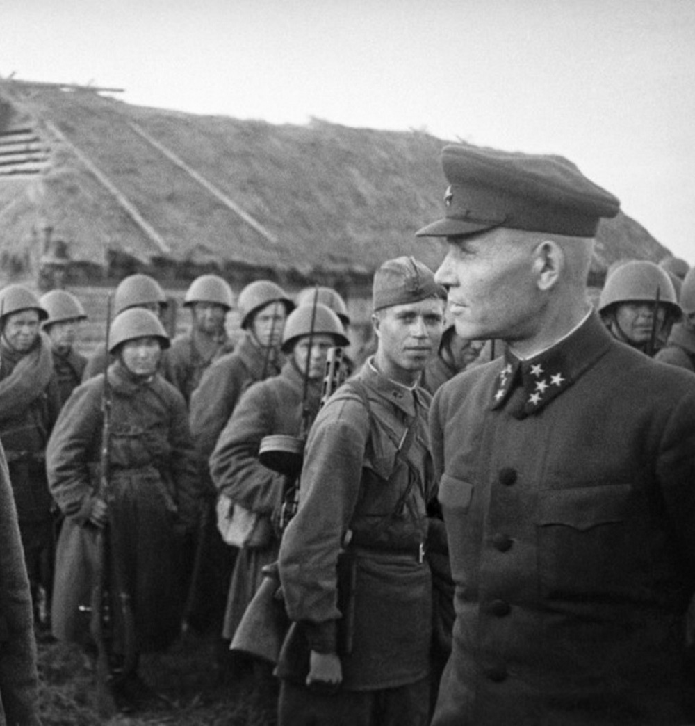 Командующий Калининским фронтом генерал-полковник И.С. Конев среди бойцов 31-й армии.jpeg