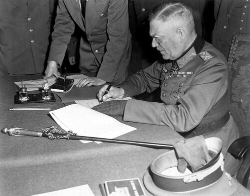 Вильгельм Кейтель подписывает акт о безоговорочной капитуляции