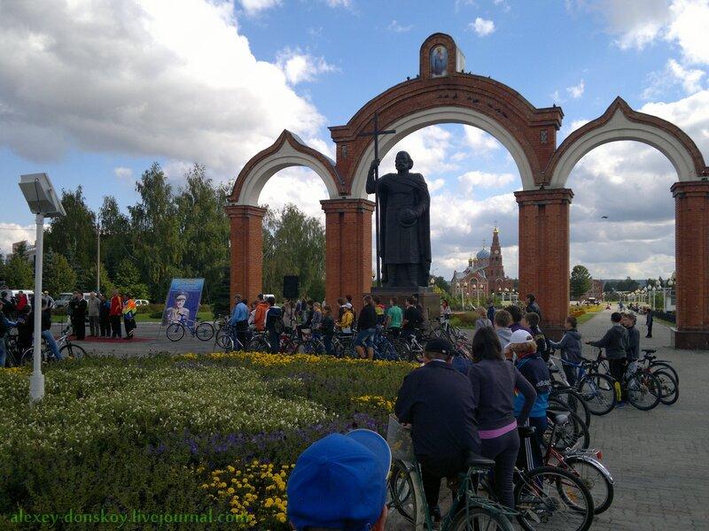 Посвящение велопробега, призовой велосипед, зрители и участники