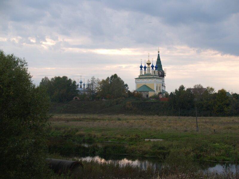 Церковь Рождества Пресвятой Богородицы и Вознесенская церковь (слева)