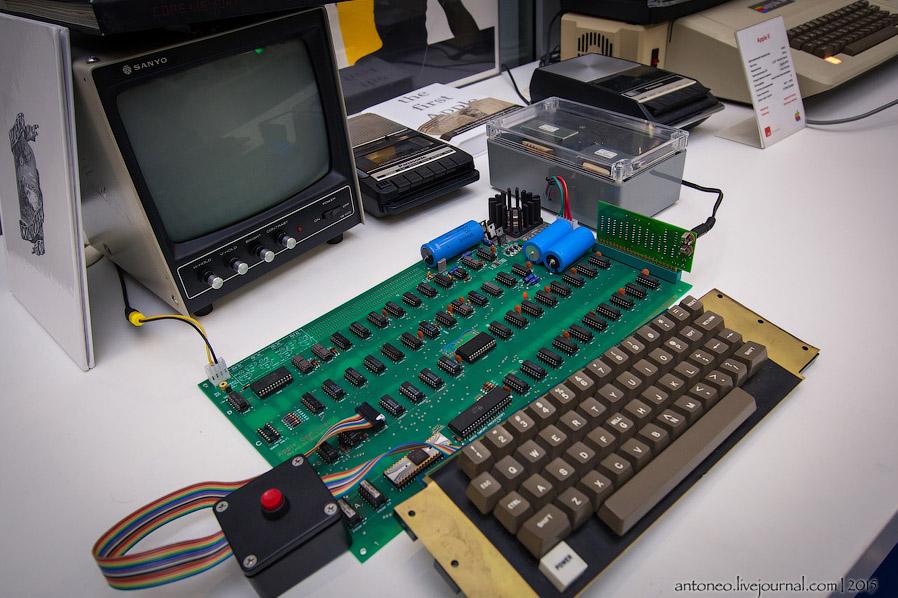 3. В качестве дисковода использовался кассетный магнитофон. Помню, в 90-е были такие компьютеры, кот