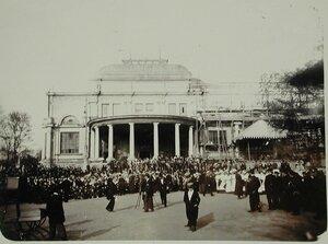 Фотограф фотографирует участников празднования юбилея Общества у строящегося здания Народного дома императора Николая II.