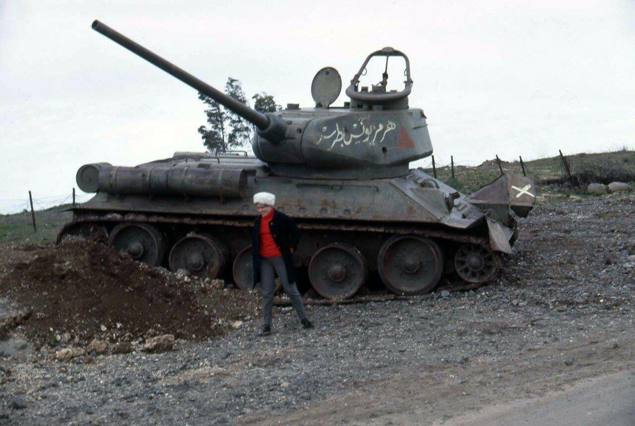 Снимок на память на фоне разбитого сирийского танка