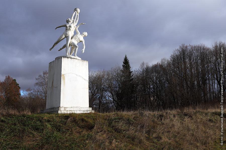 Четыре скульптуры стоят по правому и левому берегу канала, по 2 на каждом берегу