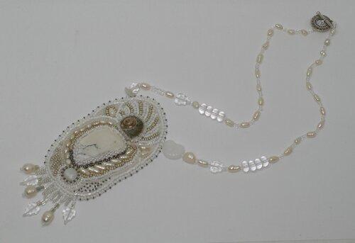 Ожерелье: кахолонг, речной жемчуг, ракушка, белый агат (круглый маленький кабошон), горный хрусталь...