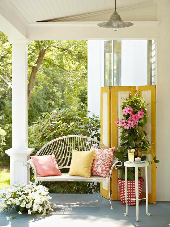cicek-beyaz-veranda-balkon-teras-yastik-sehpa
