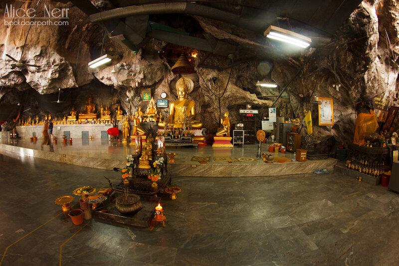 перед входом в пещеру Тигра