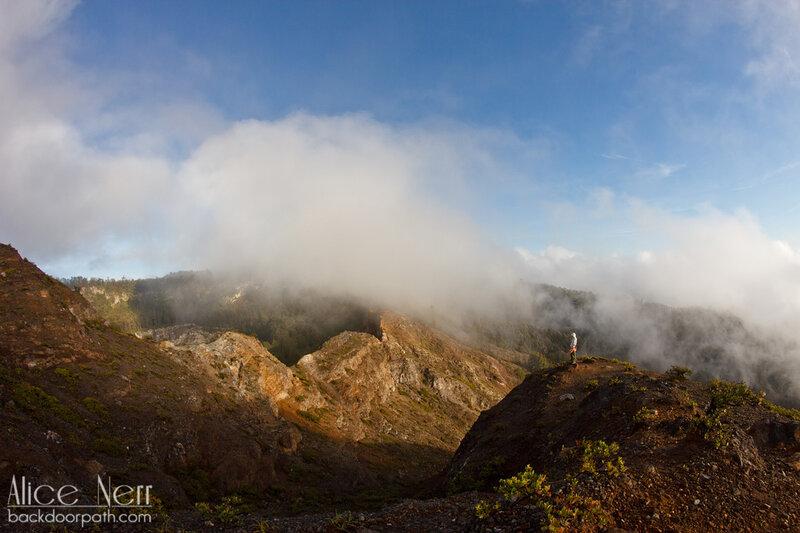 проблеск солнца. За мной виден кратер черного озера Старых, Келимуту, Флорес, Индонезия
