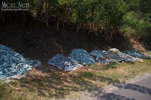 голубые камни близ Энде, остров Флорес, Индонезия