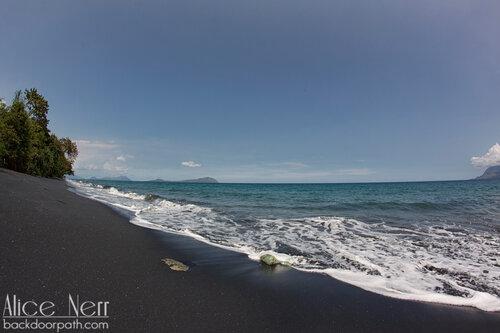 черный песок, остров Флорес, Индонезия