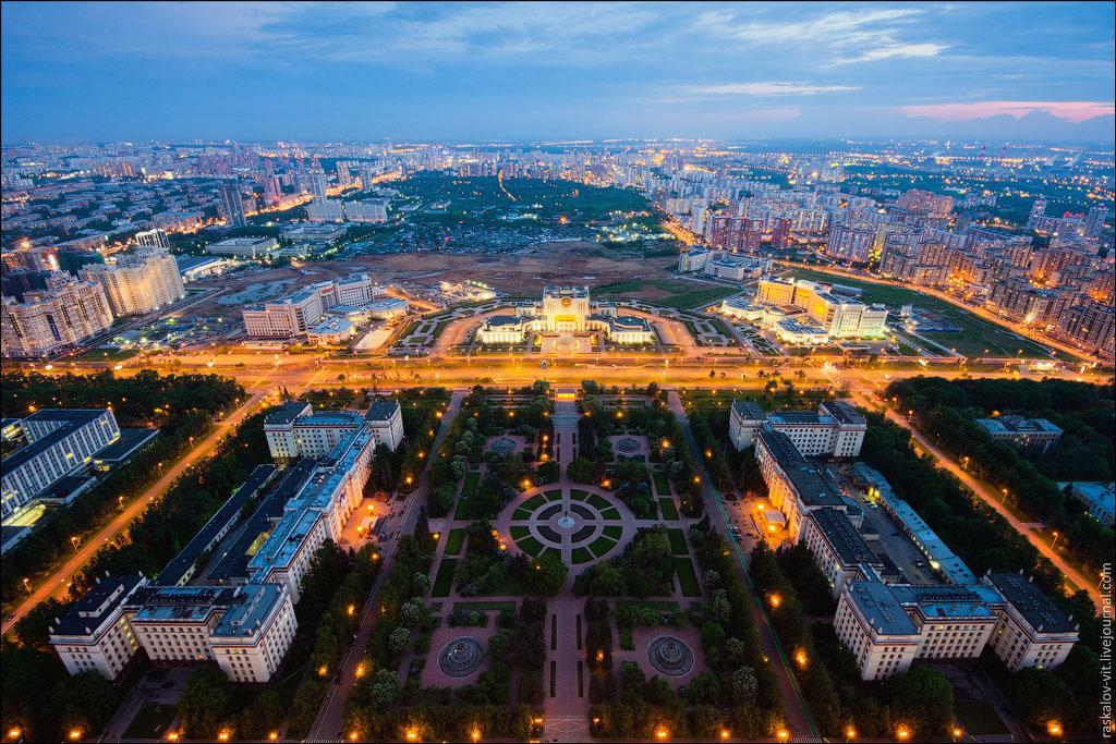 14. За сквером виднеется Фундаментальная библиотека МГУ, построена в 2005 году. Неожиданно для Москв