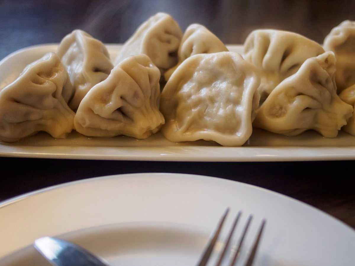 11. Хинкали — это грузинское блюдо, которые начиняют пряной свининой и говядиной с черным перцем. Мя