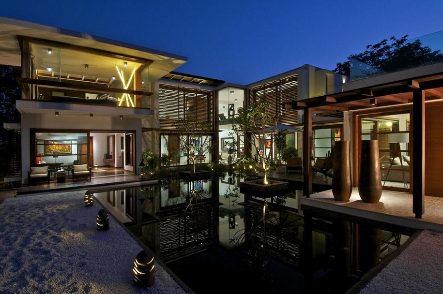 Семейная резиденция от Hiren Patel Architects в Индии