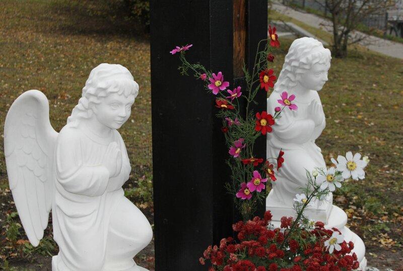 Ангелы у основания поклонного креста