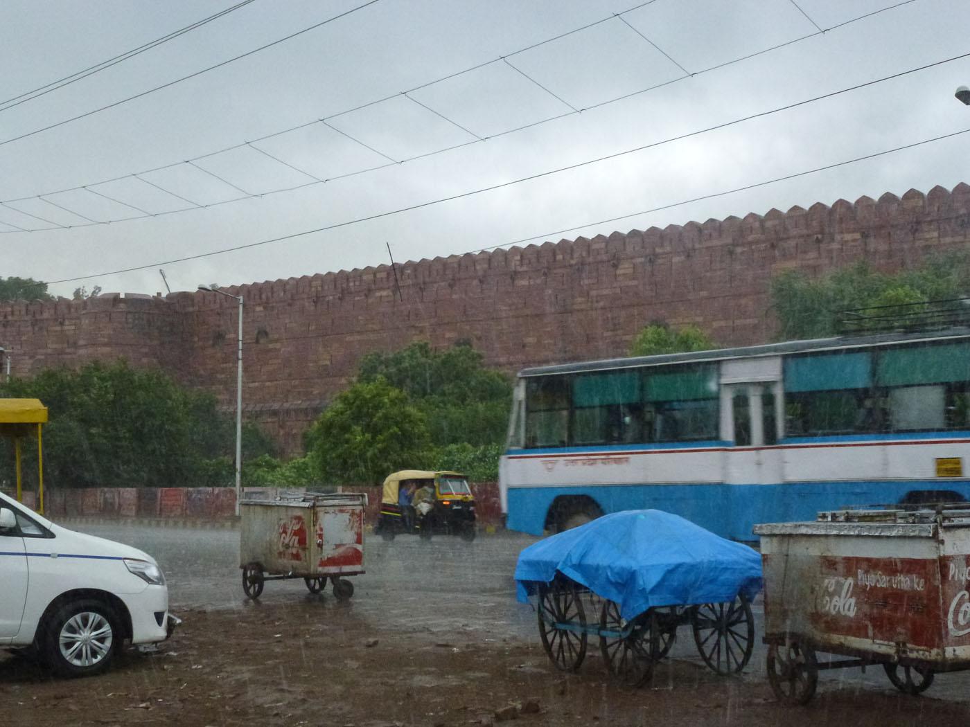 Фото 17. Отчеты об экскурсии по Золотому треугольнику Индии. Ливень у ворот Красного Форта в Агре