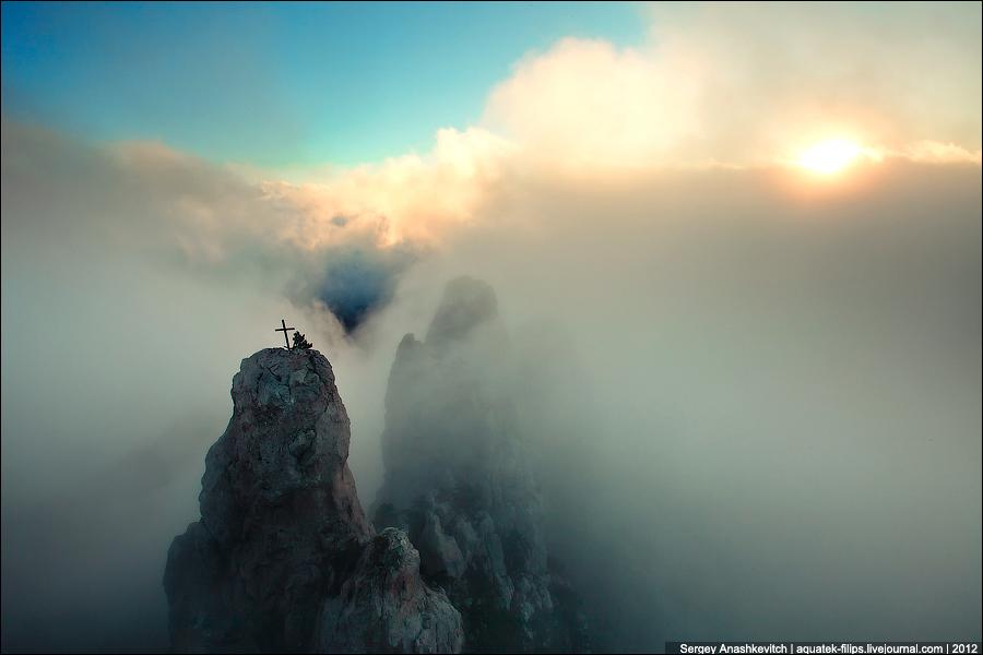 Зубцы на Ай-Петри в тумане