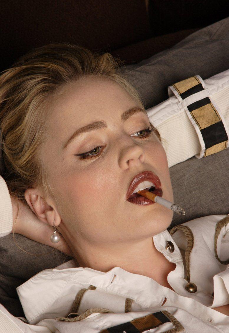 smoking Melissa George / Мелисса Джордж с сигаретой