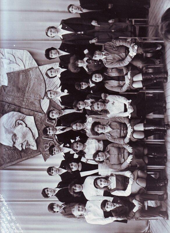 Света Волкова, пятая слева во втором ряду