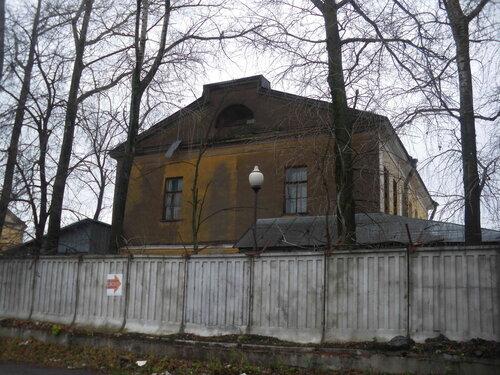 Фото 7. Фонарь на фоне старинного здания промышленного назначения. И снова фонарь вписывается в контекст лучше, чем забор.
