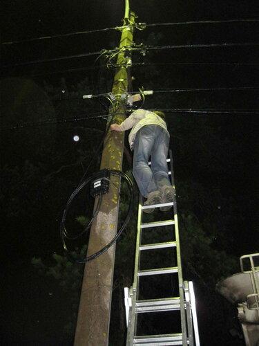 Фото 13. Электроснабжение частного дома восстановлено. СИП мешает электрику спускаться с лестницы.
