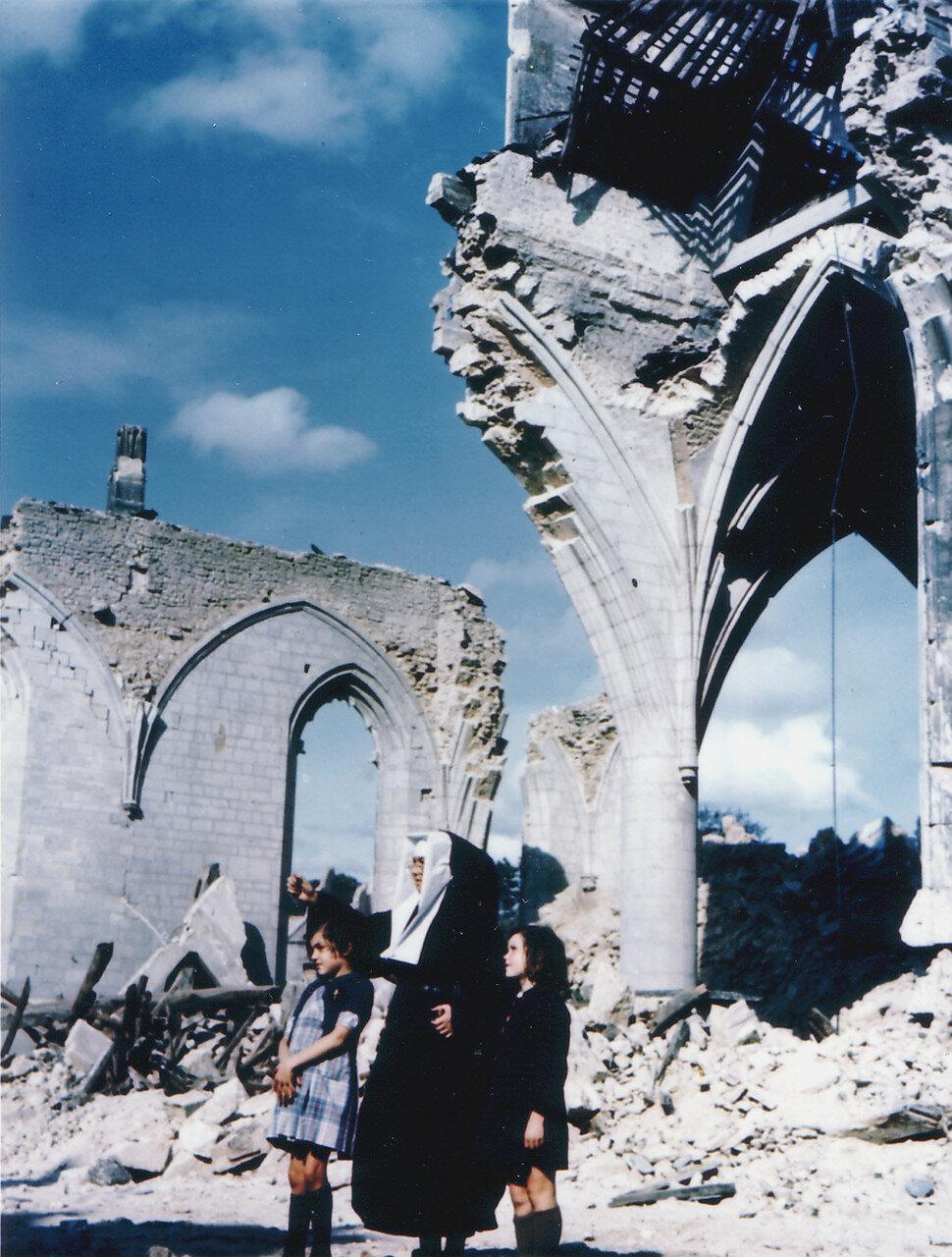 31. Монахиня с двумя девочками перед руинами церкви в Сен-Мало