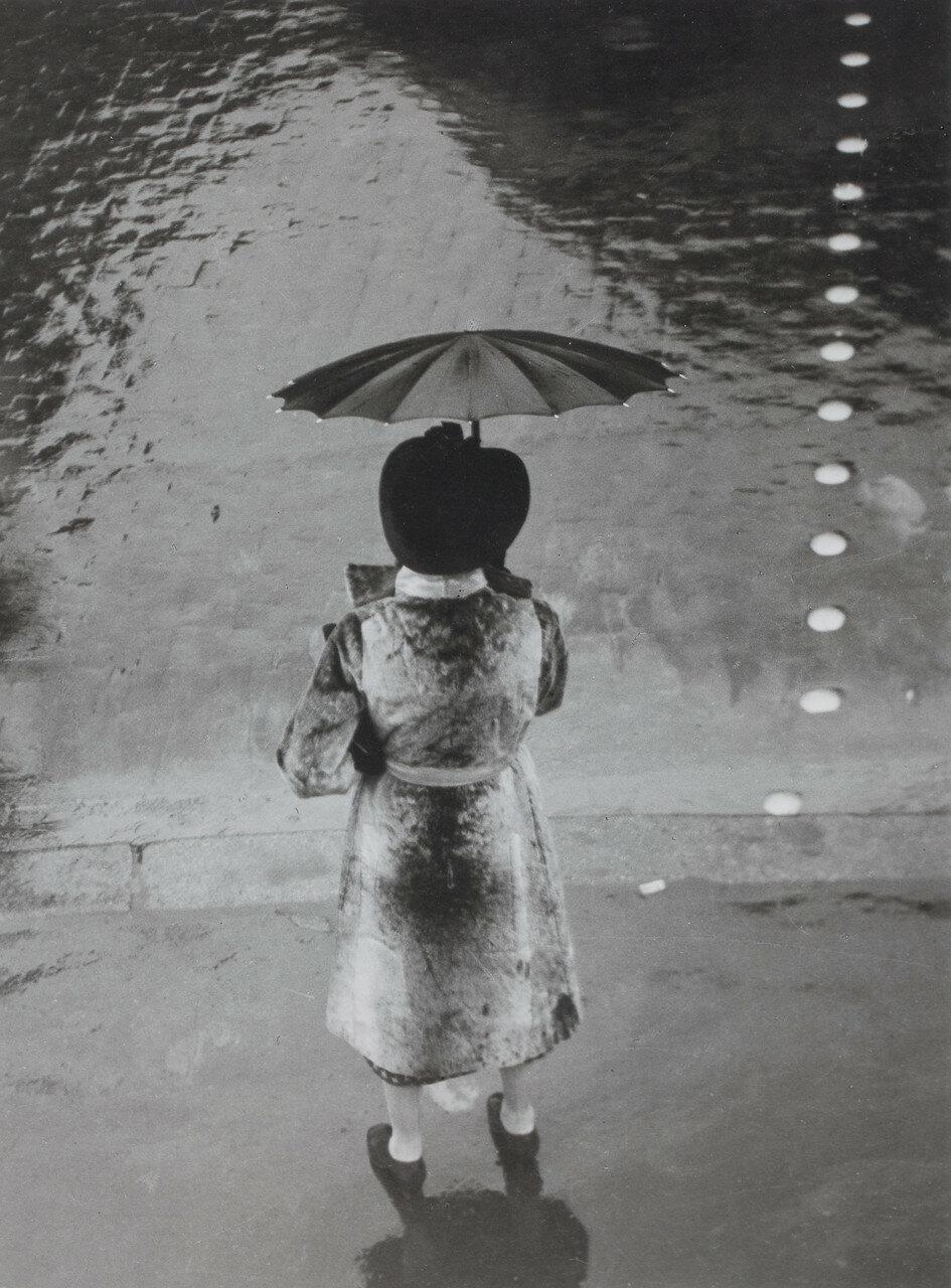 1937. Женщина с зонтиком , Рю де Риволи
