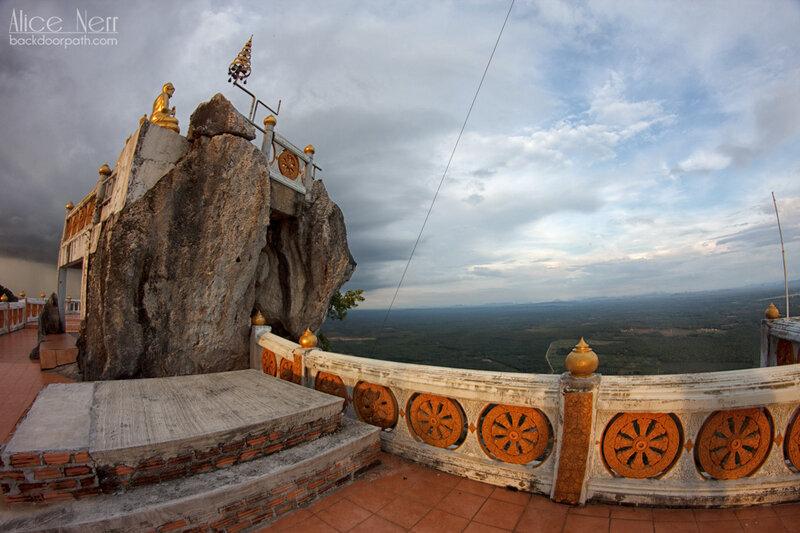 храм в скале, наверху tiger temple