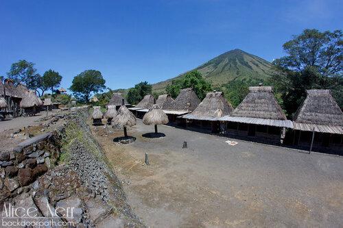 вид на входе на деревушку Бена, Флорес, Индонезия