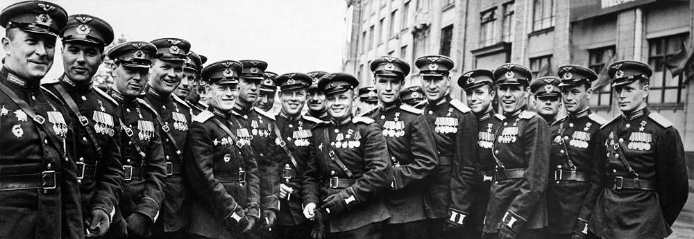 Летчики — Герои Советского Союза — участники Парада Победы.jpg