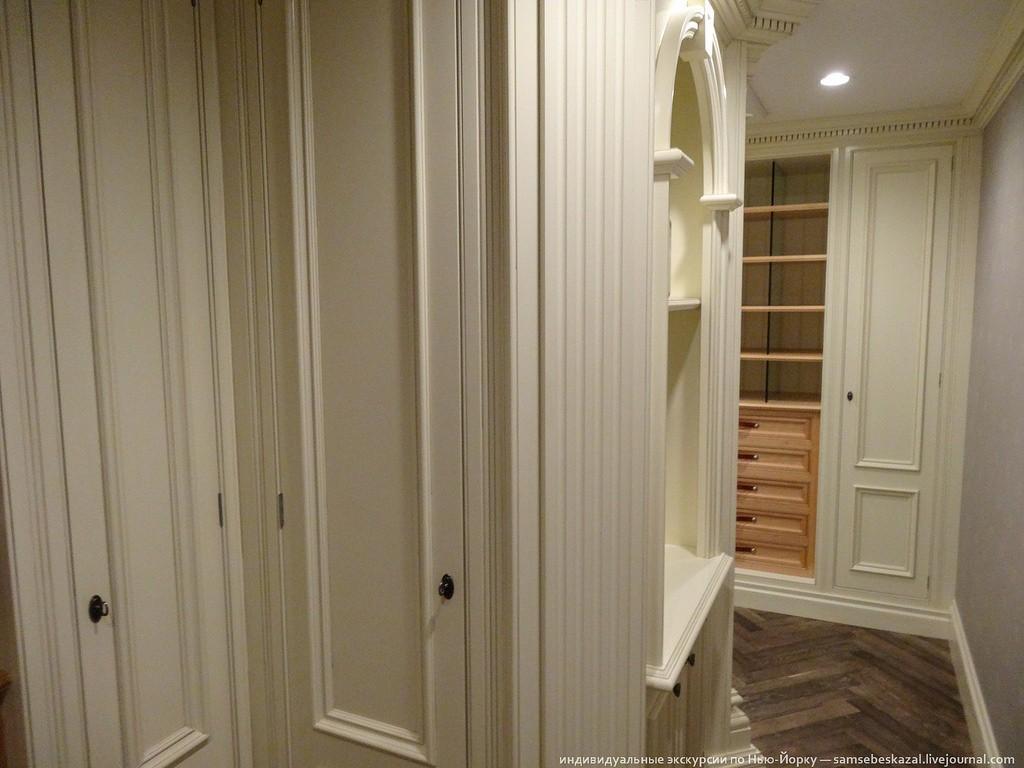 Это узкое помещение, наполненное полками и шкафами.