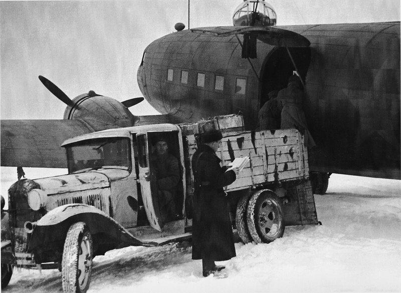 Выгрузка продовольствия для блокадного Ленинграда из транспортного самолёта Ли-2