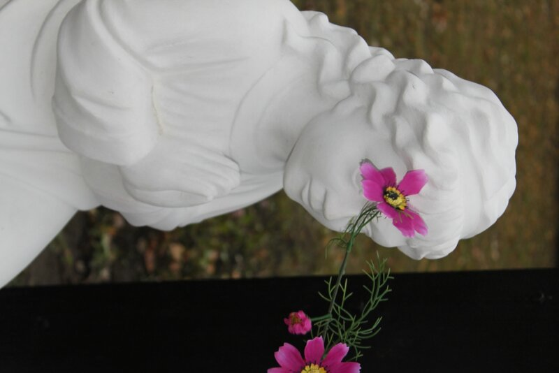 Фигурка ангела под поклонным крестом