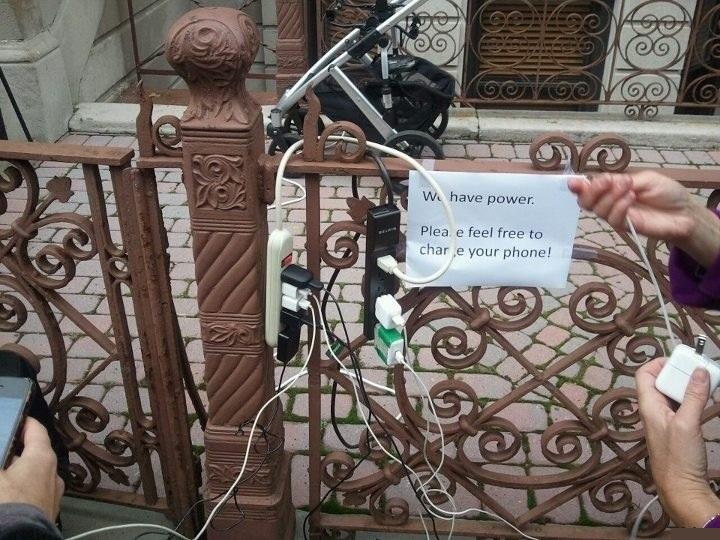 У нас есть электричество. Пожалуйста не стесняйтесь зарядить свой телефон