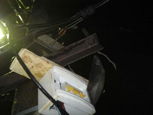 Фото 10. Доска, уложенная на верхнюю плоскость щитка, опираясь на поперечину держателя фарфоровых изоляторов, предохраняет щиток от смещения вверх при попытке включения автомата.