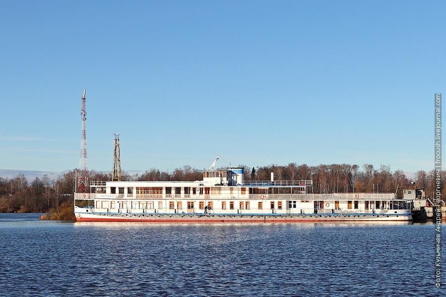 Ретро-теплоход «Максим Горький» в порту Кимры