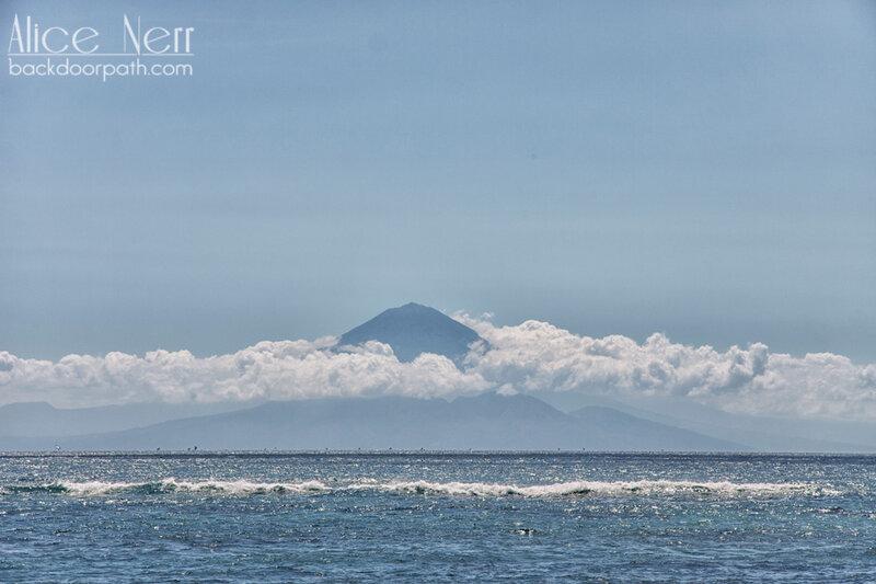 вид с острова Ломбок на вулкан Агунг, Индонезия