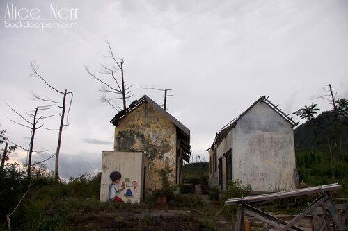 рисунки на стенах разрушенного извержением вулкана Мерапи города