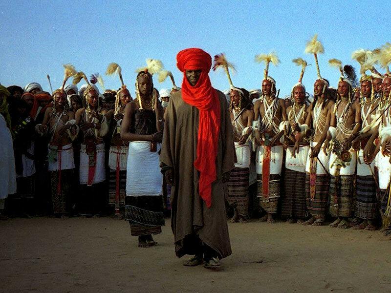 Фестиваль ухаживаний водабе В африканском племени водабе красуется как раз таки мужчина. Мужчины племени водабе ценят красоту и днями напролет прихорашиваются, чтобы понравиться женщинам. Во время фестиваля ухаживаний «Геревол» мужская красота выходит на новый уровень. Мужчины наряжаются для этого события, которое может длиться целую неделю. Они участвуют в танцевальном конкурсе под названием «яаке». А женщины просто приходят и выбирают женихов.