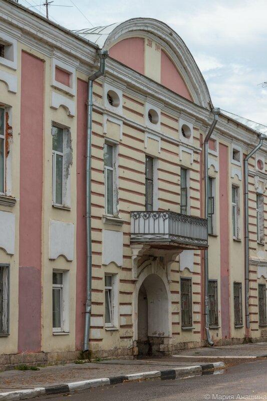 Старинный дом по набережной Степана Разина