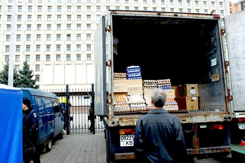 Торговля яйцами перед входом в ЦИК