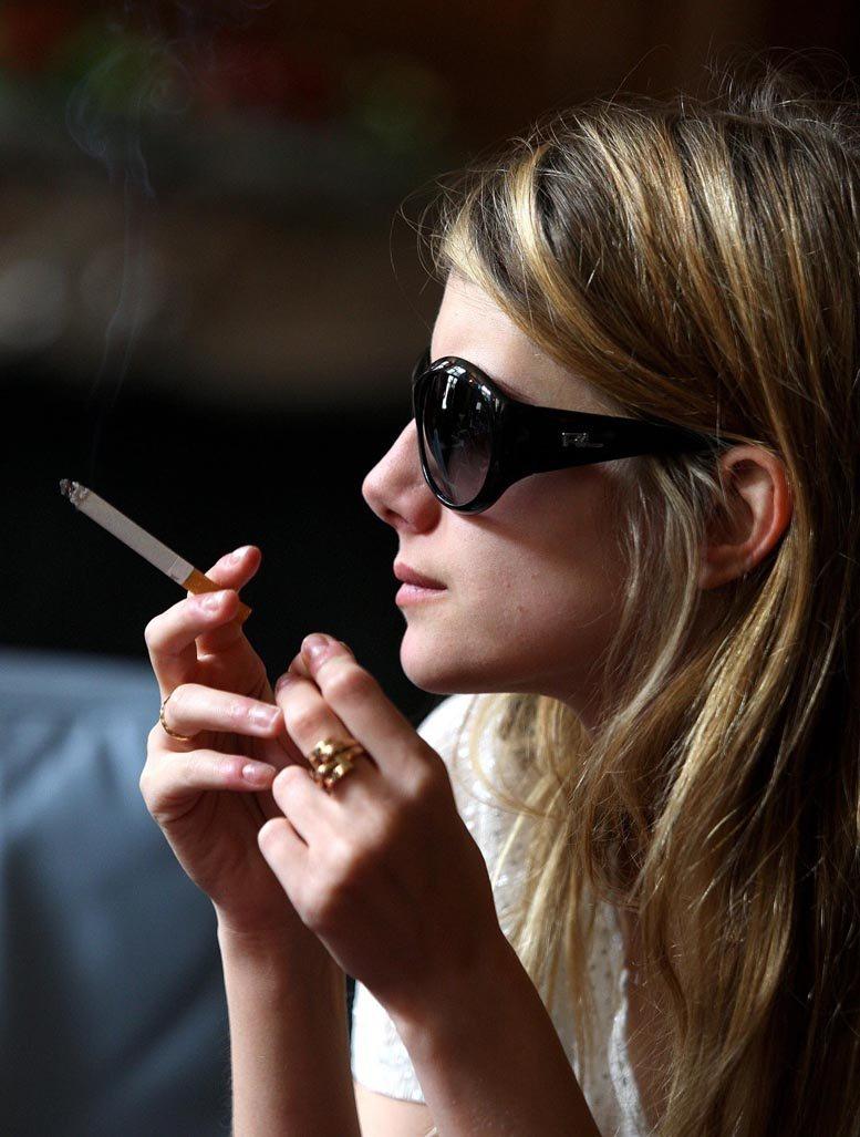 smoking Melanie Laurent / Мелани Лорен с сигаретой