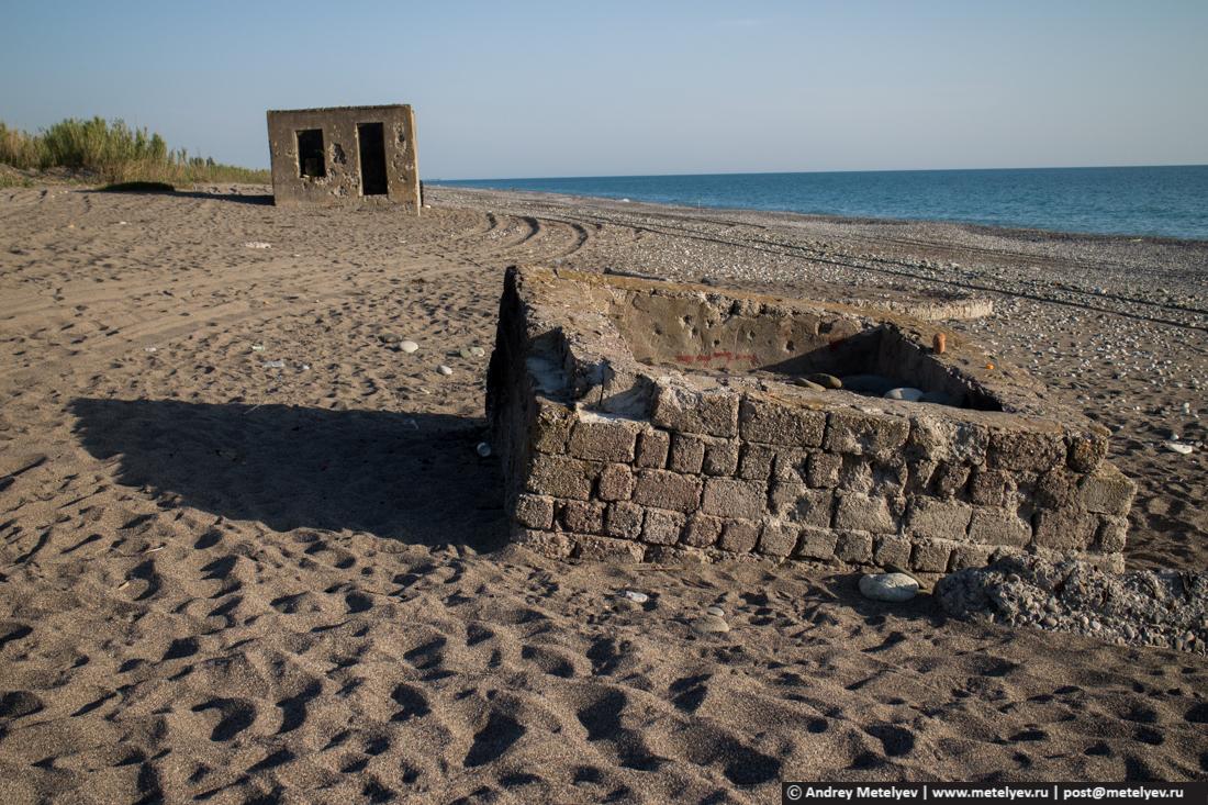 Вдоль пляжа в новой части Гагры