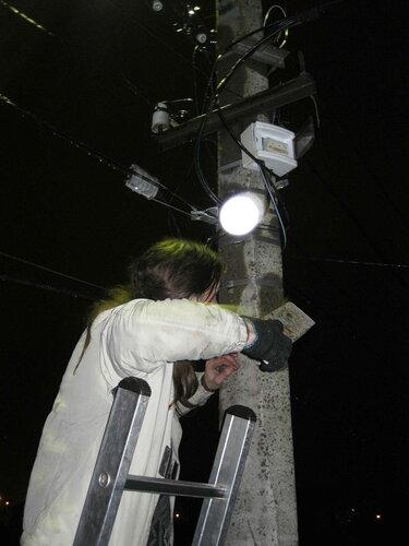 Фото 8. Вторая неудачная попытка включения автомата с помощью доски. Стальной хомут не обеспечивает полной фиксации щитка. При попытке включить автомат щиток смещается наверх, и, соответственно, автомат не включается.